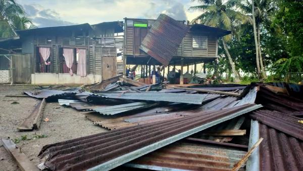 عاصفة غريبة تقتلع أشجارًا وتدمر 10 منازل في قرية كوبانغ باسو