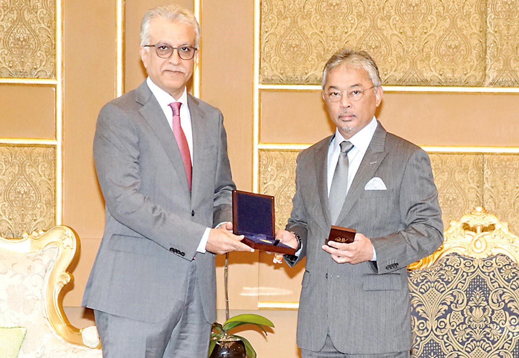 """جائزة """"الماسة"""" لملك ماليزيا لجهوده في خدمة """"كرة القدم"""""""