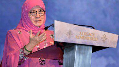 "Photo of ملكة ماليزيا تصطحب ""مشغولات السجناء"" إلى ندوة لـ ""الآسيان"" بإندونيسيا"