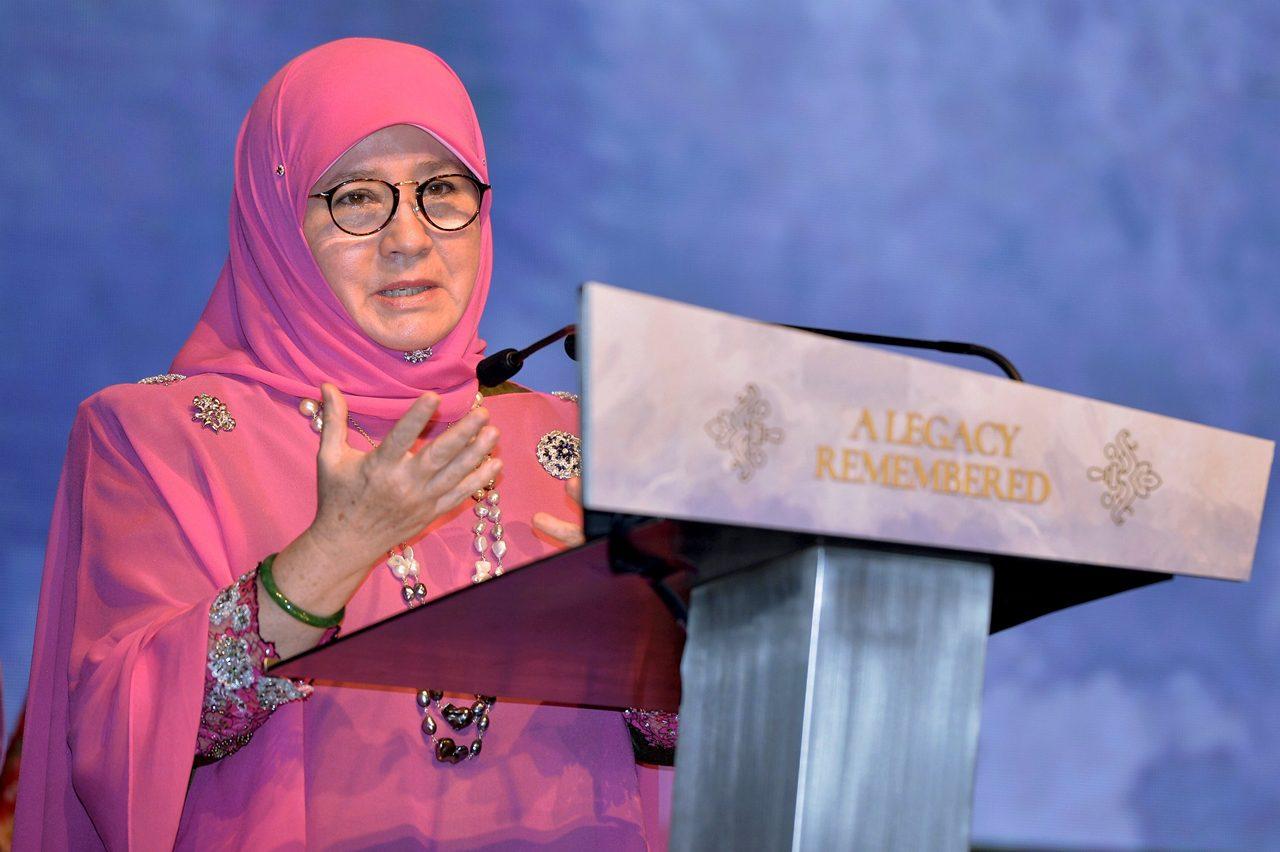 """ملكة ماليزيا تصطحب """"مشغولات السجناء"""" إلى ندوة لـ """"الآسيان"""" بإندونيسيا"""