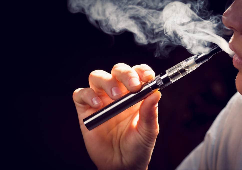 مرض غامض مرتبط بالسجائر الالكترونية يظهر في ماليزيا