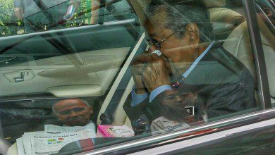 Photo of مهاتير محمد ينسحب من مؤتمر صحفي بعد تعرضه لنزيف في الأنف