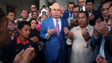 صورة لأول مرة بتاريخ ماليزيا.. نجيب يمتثل للمحكمة للدفاع عن نفسه