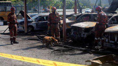 Photo of احتراق 30 سيارة بعد اشتعال النار في مستودع للسيارات في كوالالمبور