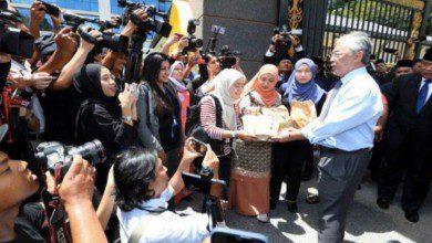 Photo of في لفتة إنسانية.. ملك ماليزيا يوزع وجبات الطعام على الطواقم الصحفية