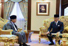 """Photo of مهاتير يلتقي الملك وأنور يجتمع مع """"تحالف الأمل"""" والماليزيون ينتظرون"""