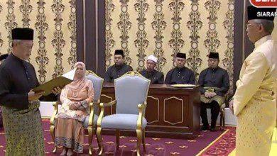 Photo of محيي الدين ياسين يؤدي اليمين الدستورية أمام الملك كرئيس وزراء ثامن لماليزيا