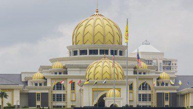 صورة ملك ماليزيا وزوجته في الحجر الصحي بعد إصابة 7 موظفين في القصر بفيروس كوفيد-19