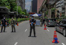 Photo of الشرطة الماليزية تدرس استخدام الصواعق الكهربائية بدلاً من الأسلحة النارية