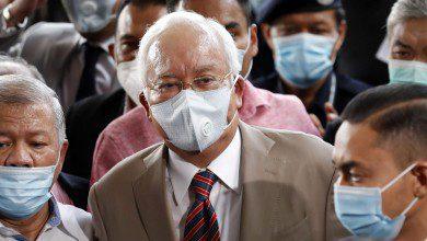 صورة السجن 12 عاماً لنجيب عبد الرزاق في تهم مرتبطة بصندوق 1MDB