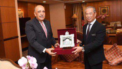 صورة السفير الفلسطيني لدى ماليزيا يلتقي برئيس الوزراء الماليزي