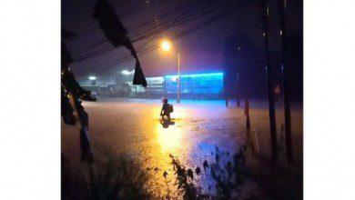 """Photo of موظف """"ديليفري"""" يتحدى الفيضان ويكتسح مواقع التواصل الماليزية"""