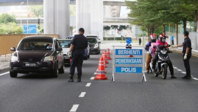 صورة إزالة 6 حواجز شرطة من أصل 96 حاجزاً لمراقبة تقييد الحركة