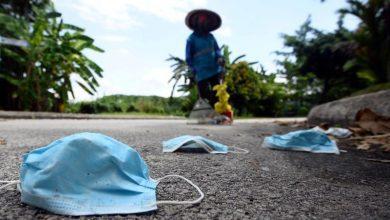 """صورة 10 ملايين """"كمامة"""" مستخدمة يومياً تهدد البيئة في ماليزيا"""