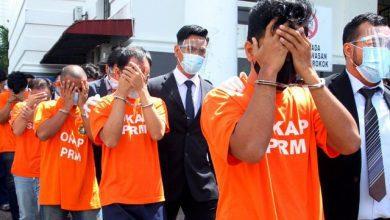 صورة 65 معتقلاً حصيلة عملية ملاحقة مزوري أختام دائرة الهجرة الماليزية