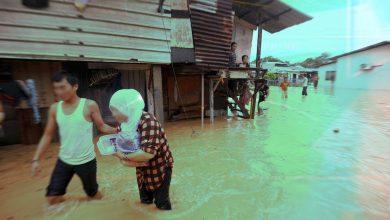 صورة فيضانات في ولاية ملاكا والدفاع المدني يقوم بإجلاء المتضررين
