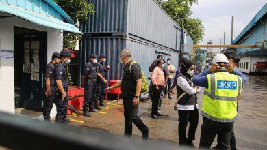 صورة تقارير صادمة بعد حملة تفتيش لأحد مصانع القفازات في ميناء كلانج