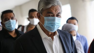 """صورة رئيس حزب أمنو: الديمقراطية في ماليزيا ملفوفة بـ """"كفن"""".. ويجب عودة البرلمان"""