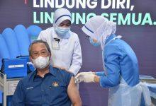 صورة رئيس الوزراء محيي الدين ياسين يتلقى أول جرعة من لقاح كوفيد-19 في ماليزيا