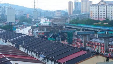 """صورة انهيار أحد الجسور """"قيد الإنشاء"""" بمنطقة أمبانج بعد حادث اصطدام"""
