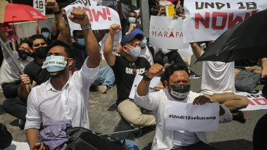 """صورة رفعت شعار """"أين صوتنا؟"""" مظاهرة شبابية غاضبة أمام مقر البرلمان الماليزي"""