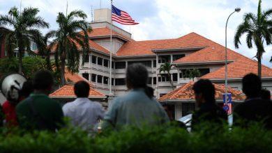 صورة نواب من البرلمان الماليزي يقدمون مذكرة احتجاج للسفارة الأمريكية لتواطؤها مع الاحتلال الإسرائيلي