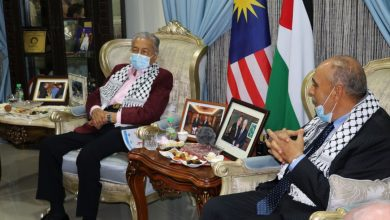 صورة معرباً عن تضامنه.. تون مهاتير محمد يلتقي سفير فلسطين في ماليزيا