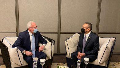 صورة على هامش منتدى أنطاليا.. وزير الخارجية الماليزي يلتقي بنظيره الفلسطيني