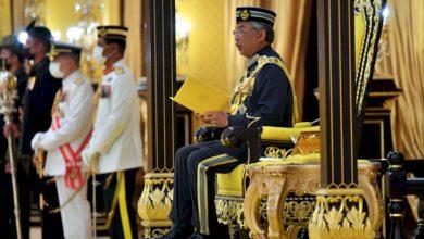 صورة ملك ماليزيا يجتمع برئيس الوزراء وقادة المعارضة بشكل منفصل