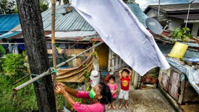 """صورة مهاتير محمد يدعم حملة """"الراية البيضاء"""" فوق البيوت المتضررة من الإغلاق"""