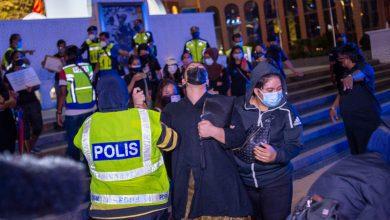 صورة اعتقال وتغريم 30 مشاركاً في إقامة نصب تذكاري لضحايا كوفيد-19 في ماليزيا