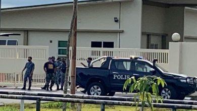صورة مقتل أربعة عناصر من القوات الجوية الماليزية بعد حادث إطلاق نار داخل معسكرهم في سراواك