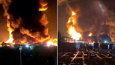 صورة حريق هائل يلتهم مصنعاً للبلاستيك في ميناء كلانج