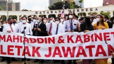 صورة مهاتير محمد وأنور إبراهيم يتقدمان مسيرة احتجاجية للمطالبة باستقالة الحكومة